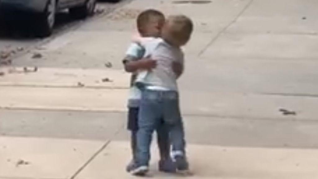 El abrazo más emotivo de la vuelta al cole: dos niños de 2 años protagonizan un conmovedor reencuentro