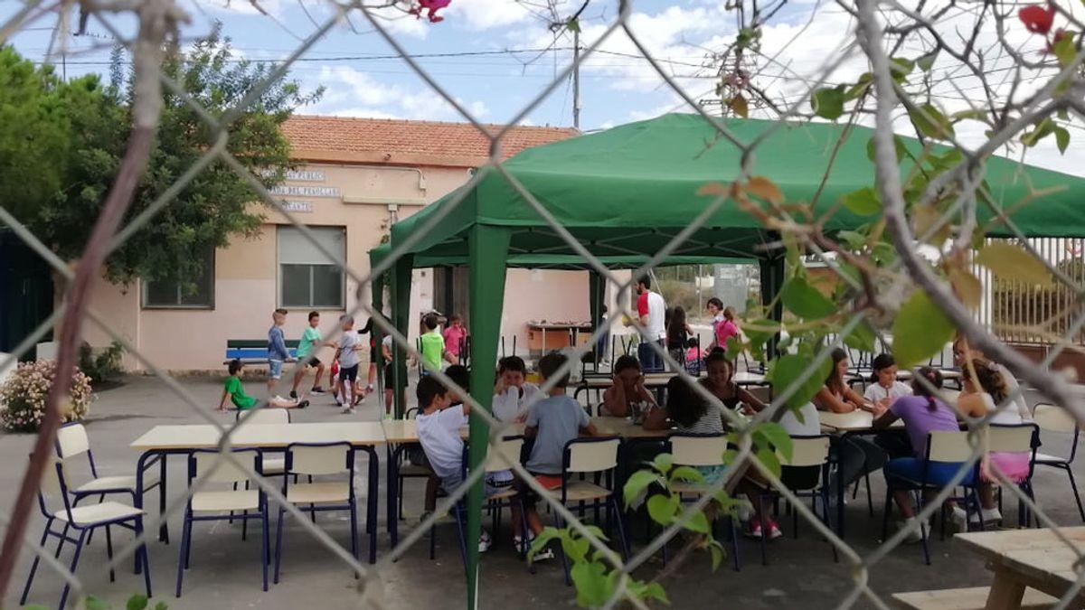 Los alumnos de un colegio de Alicante obligados a dar clase en unas carpas a la espera de que instalen los nuevos barracones