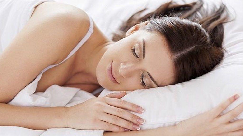 Mujer echándose la siesta