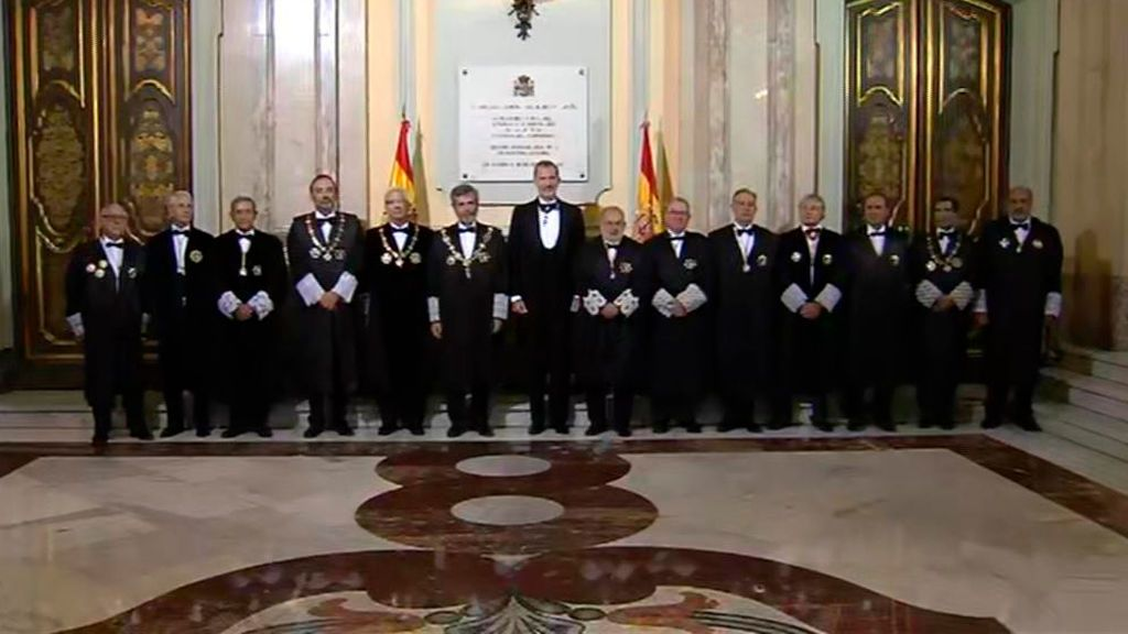 El Poder Judicial justifica la ausencia de mujeres en la foto del Rey con la cúpula del Supremo: las mujeres se postulan menos