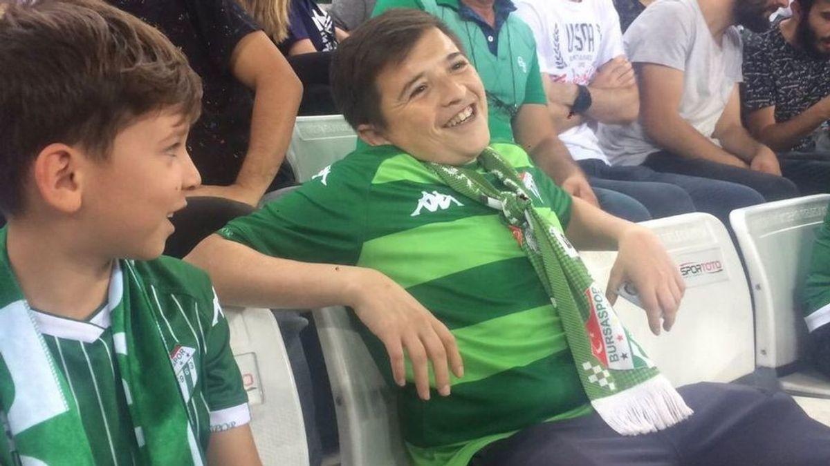 El falso niño fumador del Bursaspor tiene en realidad 36 años y acudió a ver el partido con su hijo