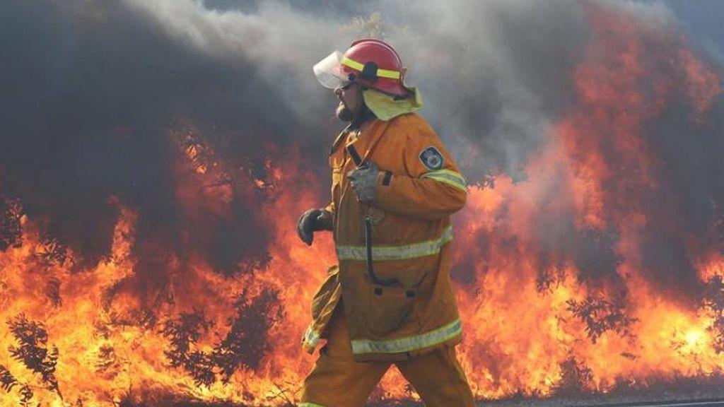 Un bombero trabaja para contener el incendio forestal en Angourie, Nueva Gales del Sur (Australia)