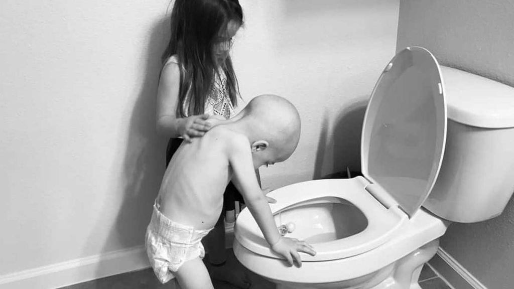 La foto de un niño con cáncer y su hermana que se ha hecho viral