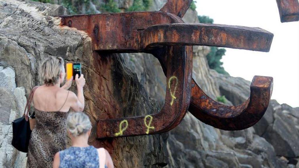 Los lazos amarillos pintados en el Peine del Viento de San Sebastián desaparecerán antes de lo esperado