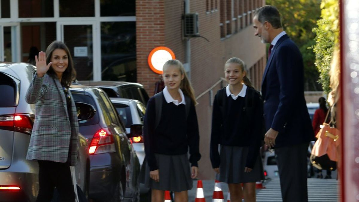 Felipe y Letizia acompañan a sus hijas en el primer día de colegio