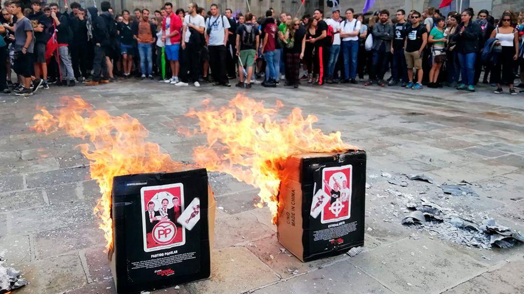 Diada 2019: quema de cajas con caras de políticos en la manifestación de Arran