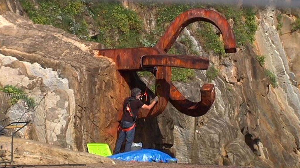 Expertos del Museo Chillida limpian los lazos amarillos de 'El peine del viento'