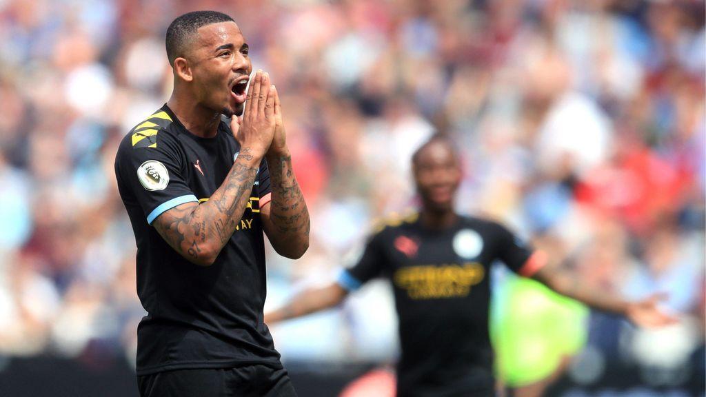 """Un futbolista del Manchester City, obligado a pedir permiso a su madre para besar a su novia: """"No la va a embarazar"""""""