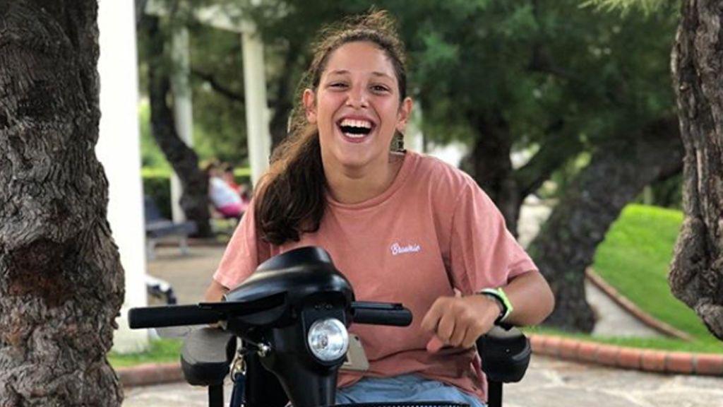 Una joven con parálisis cerebral cuenta cómo muchos autobuseros no la dejan subir con su motosilla