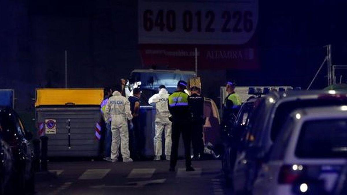 Agentes de la Policía Judicial registrando el contenedor situado en el casco urbano de Alicante, donde fue encontrado el cuerpo sin vida de un bebé recién nacido