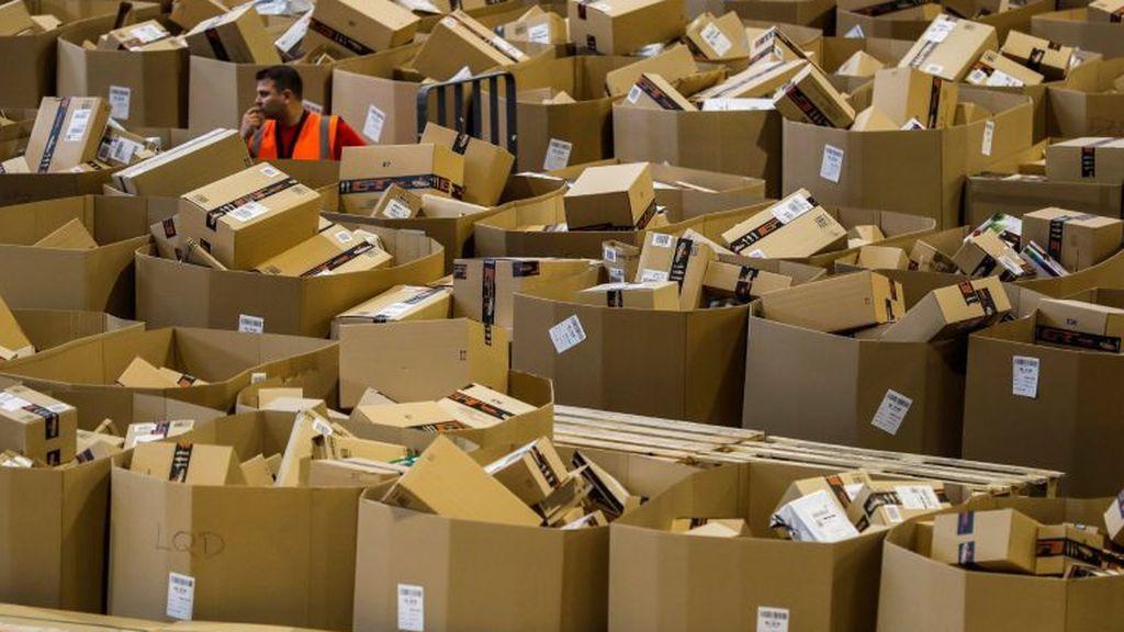 Un joven estafa 330.000 euros a Amazon devolviendo cajas llenas de tierra