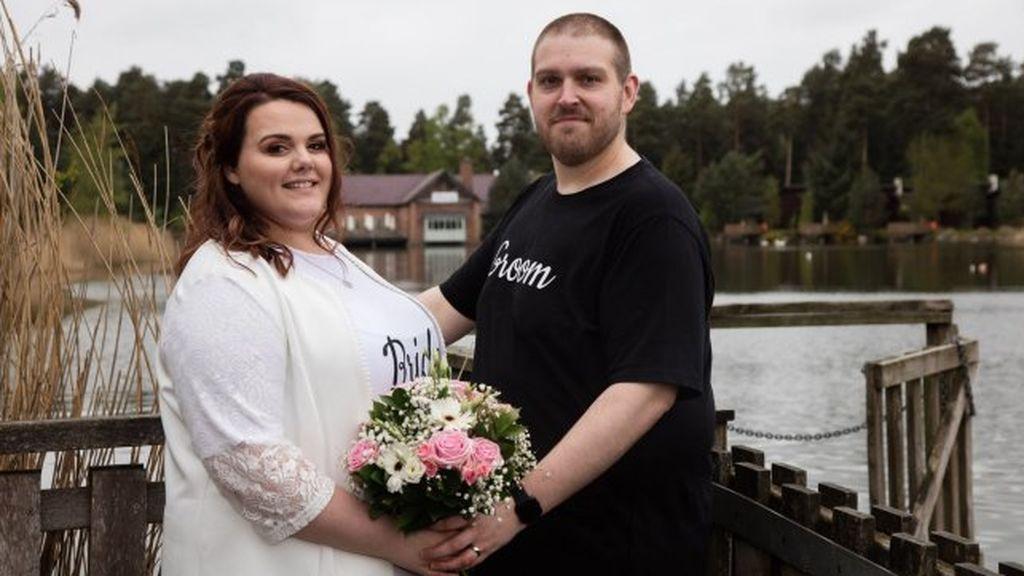 Se casan en camiseta para demostrar que una boda puede ser barata