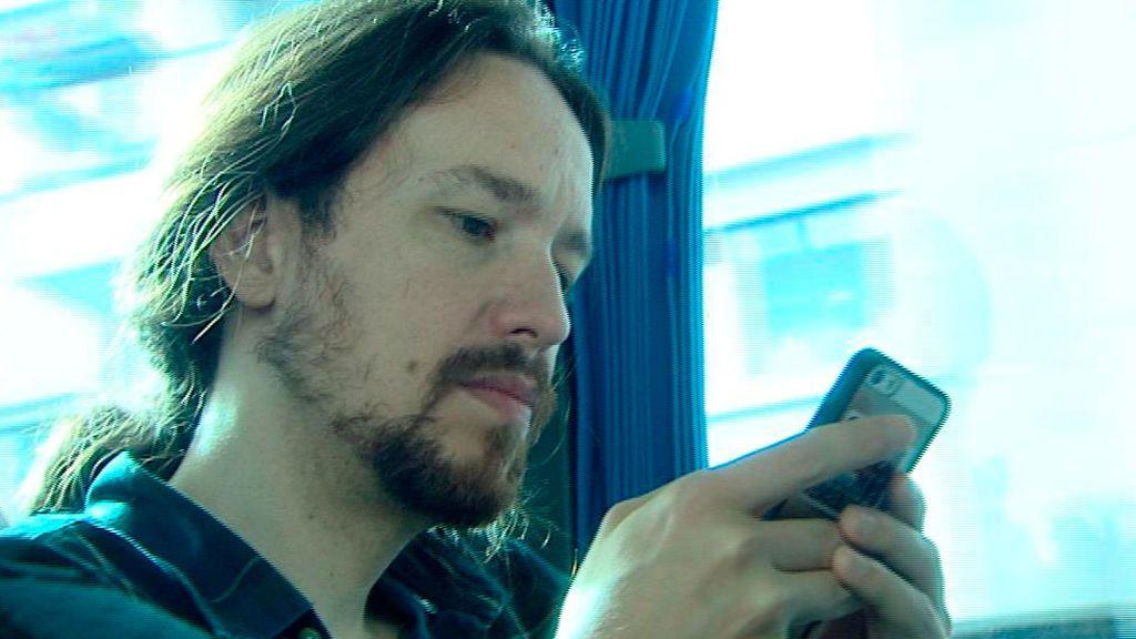 Pablo Iglesias, con el teléfono en su mano