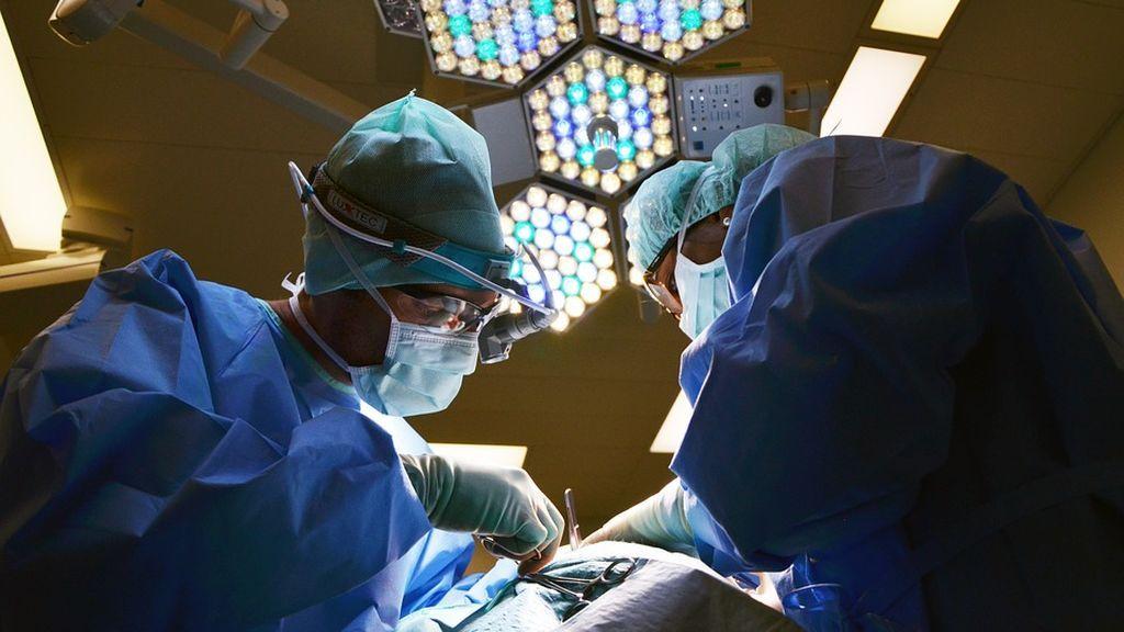 Cirujanos zimbabuenses extirpan el quite más grande del mundo