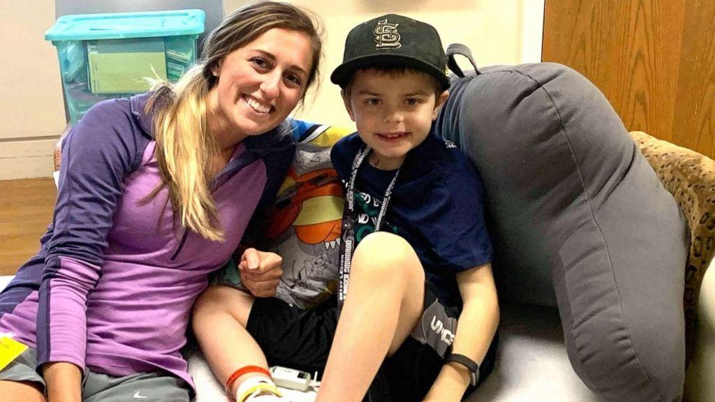 Una enfermera dona su hígado a un niño enfermo de 8 años y le salva la vida