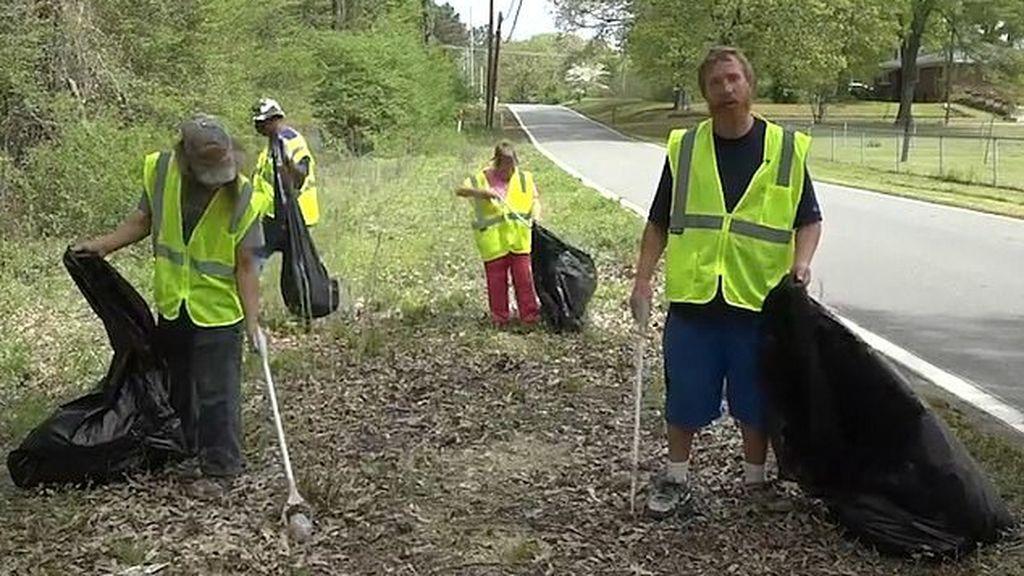 Ciudadanos de Little Rock (Arkansas, EEUU) recogiendo basura