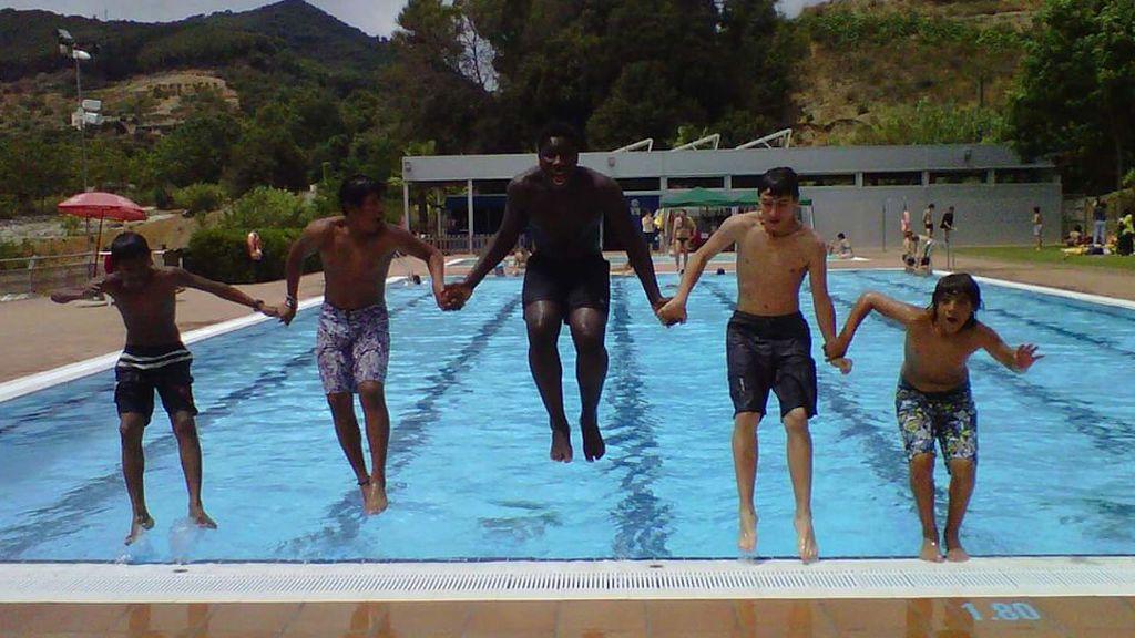 Sumon y sus compañeros en la piscina