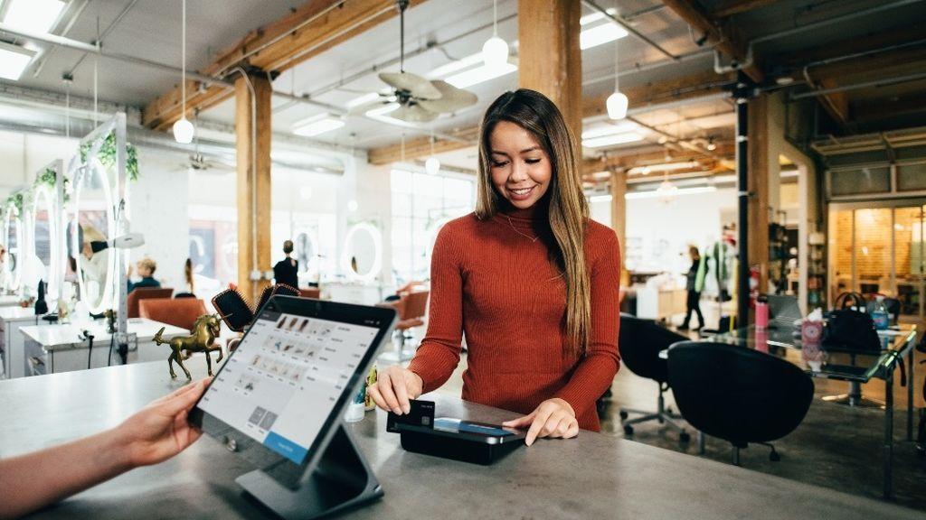 Roba a más de 1.000 personas mirando cómo usaban su tarjetas de crédito: qué hacer si te pasa