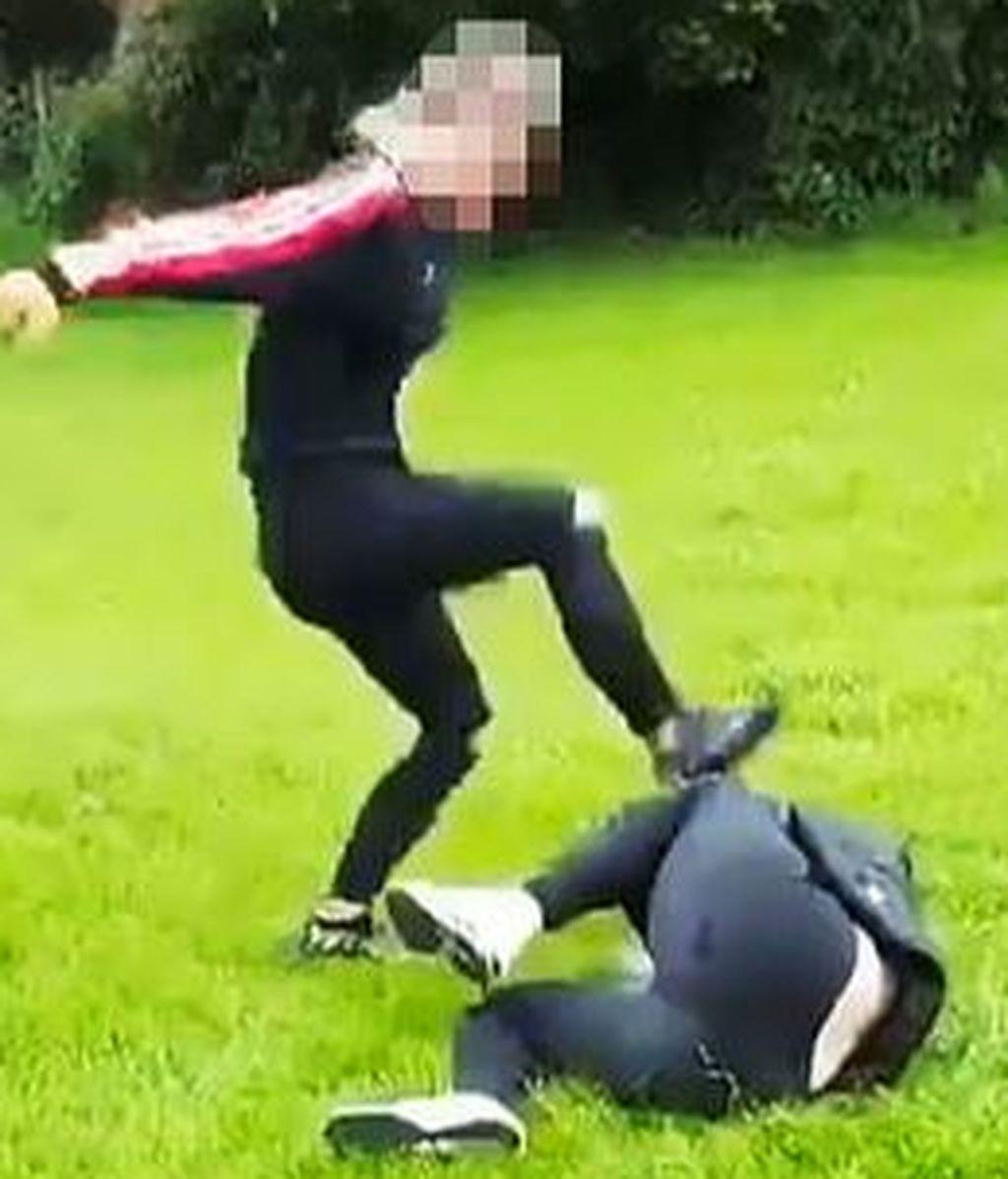 Espeluznante paliza a una niña de 14 años: le golpea la cabeza como si fuera un balón