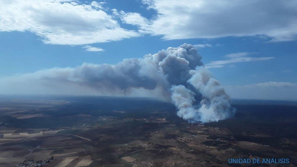 Una treintena de bomberos continúa trabajando para extinguir el incendio de Paterna, Huelva