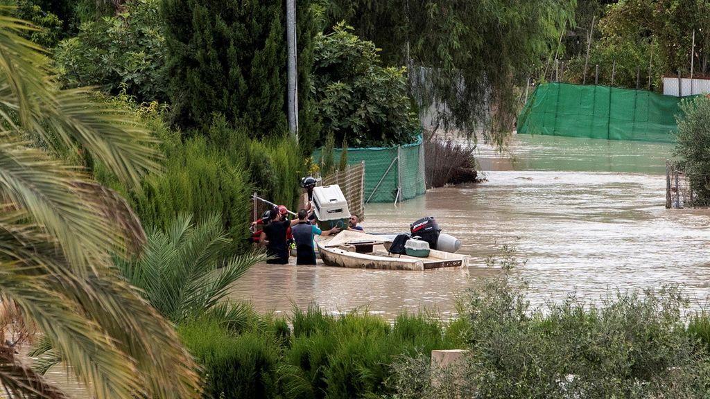 Bomberos y vecinos rescatan animales de las casas afectadas por el desbordamiento del rio Segura