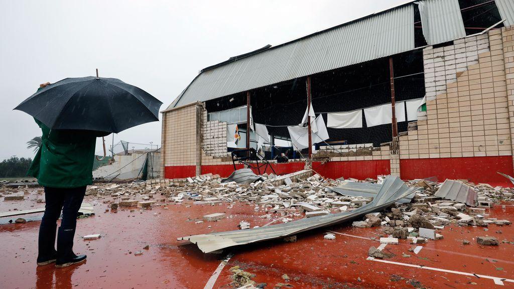 Un hombre observa el estado en el que ha quedado el polideportivo municipal de Denia (Alicante)