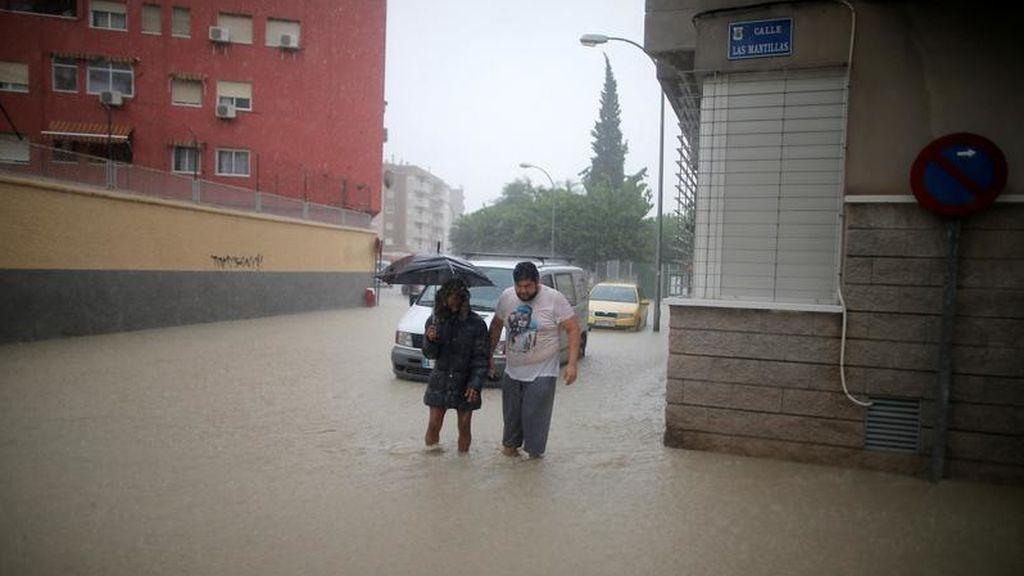 Vecinos por la calle tras el desbordamiento del río Segura