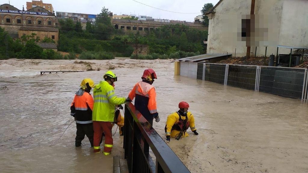 -los ríos clariano y cànyoles se desbordan a su paso por ontinyent y moixent y obligan a rescatar a varias personas