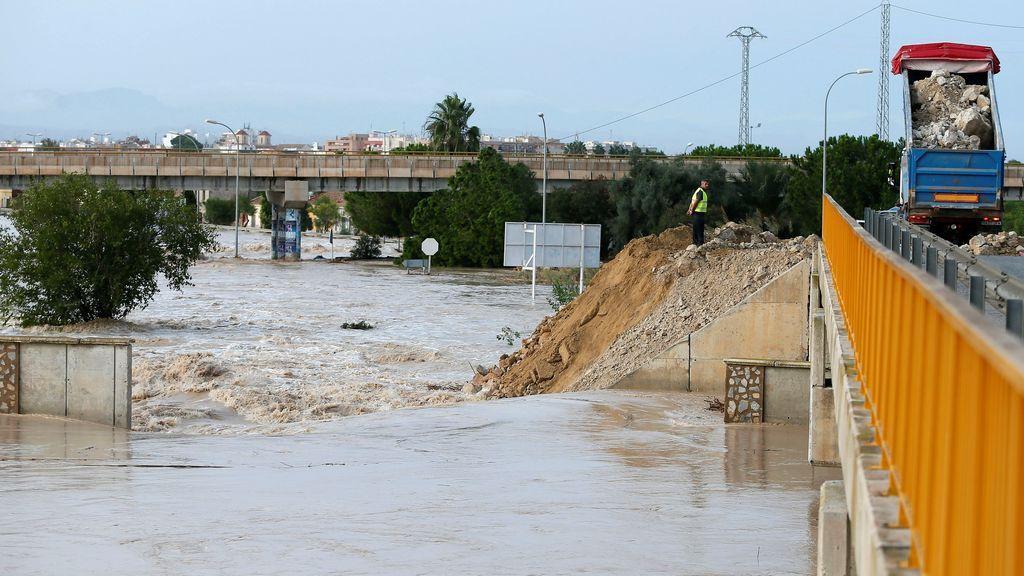 Las intensas lluvias han obligado a evacuar una pedanía de Almoradí