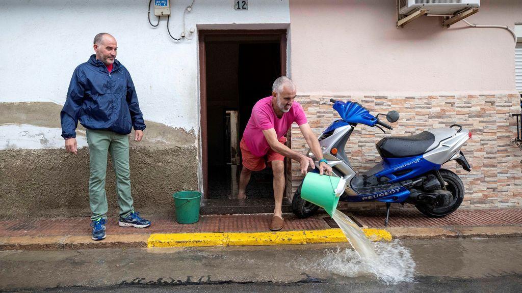 - Un hombre achica el agua que ha inundado su vivienda del barrio de las casas baratas de Blanca, Murcia,