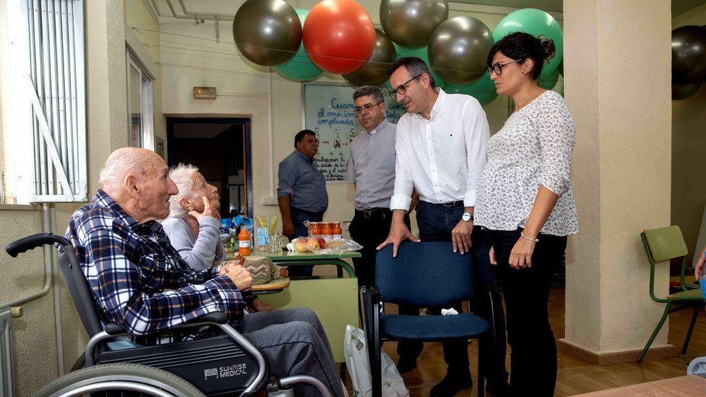 El secretario general del PSOE de Murcia en un instituto donde se encuentran los vecinos desalojados
