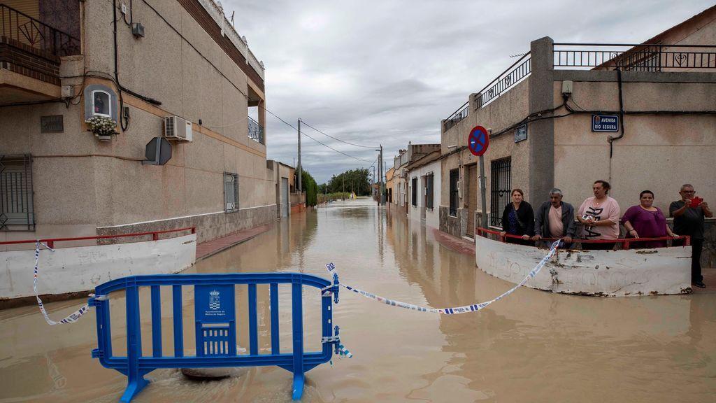 Vecinos del barrio de la huerta de abajo de Molina de Segura, afectada por el desbordamiento del rio Segura