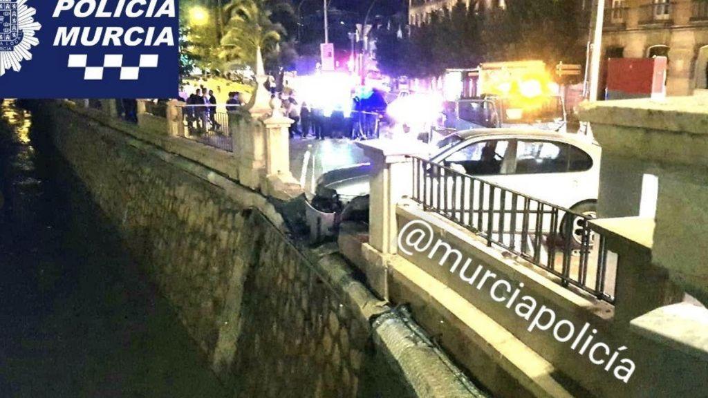 Un presunto ladrón de coches, a punto de caer al río tras chocar contra un puente mientras huía en Murcia