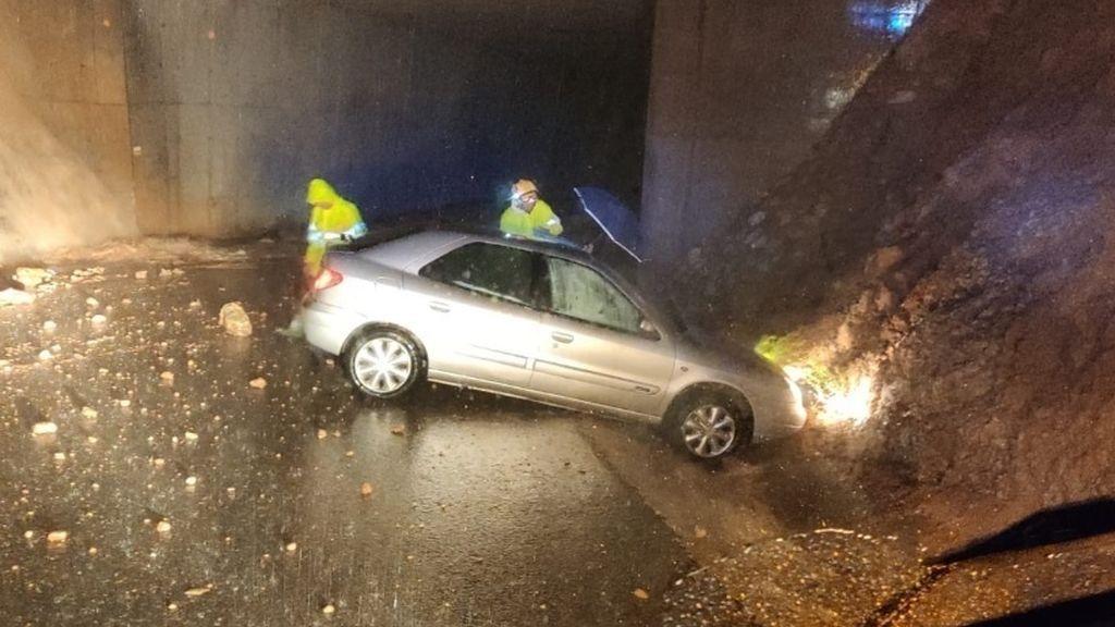 Un coche atrapado en una carretera de Alicante por los efectos de la DANA