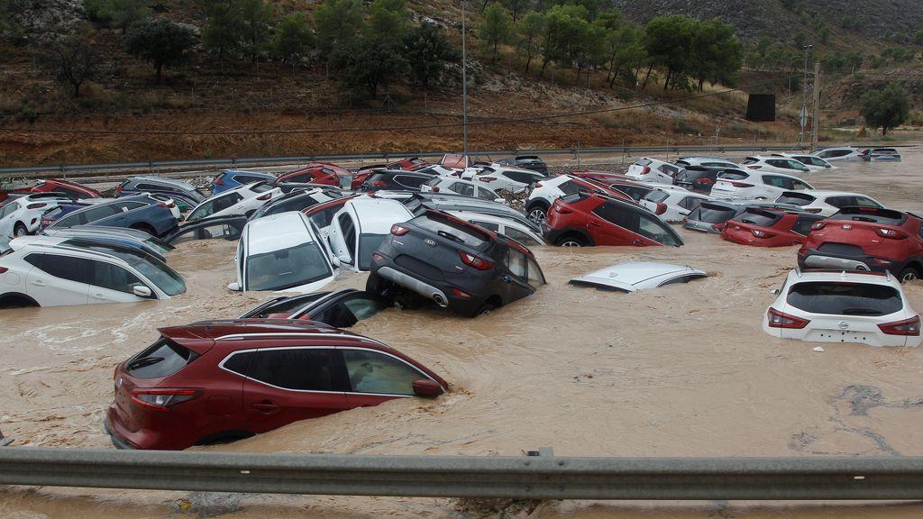 Cientos de coches permanecen inundados tras el paso de la Gota Fría en un depósito de vehículos en Orihuela