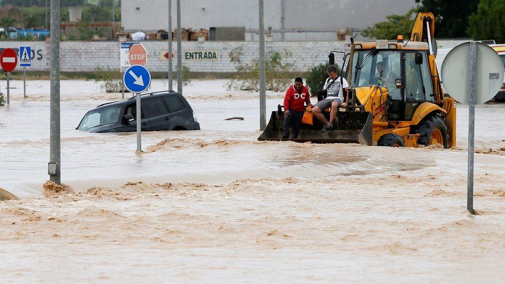 Rescatan a un conductor atrapado en Alhendín y a una pareja de ancianos de su casa en Las Gabias
