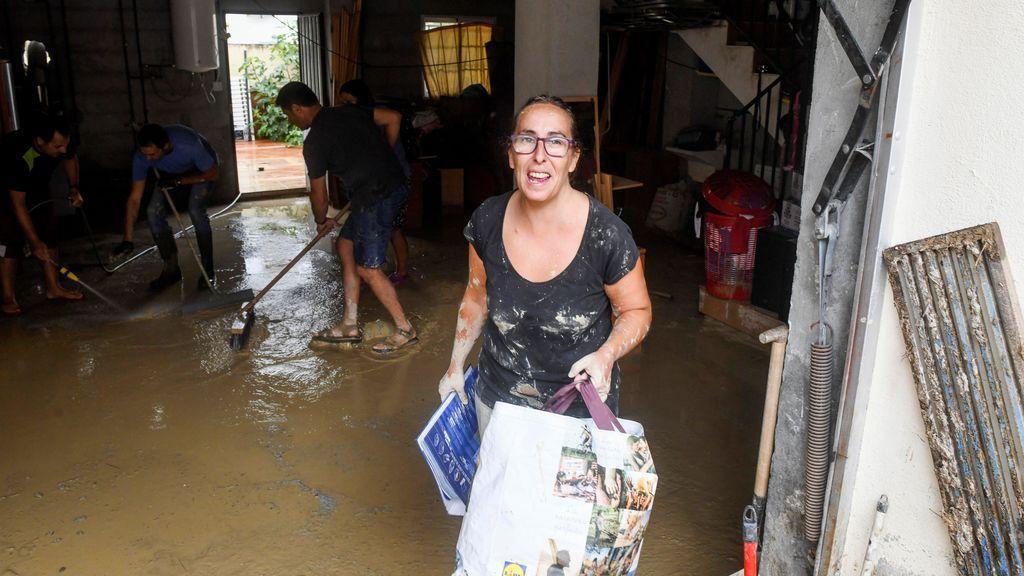 Vecinos achican como pueden el agua de sus hogares en Granada