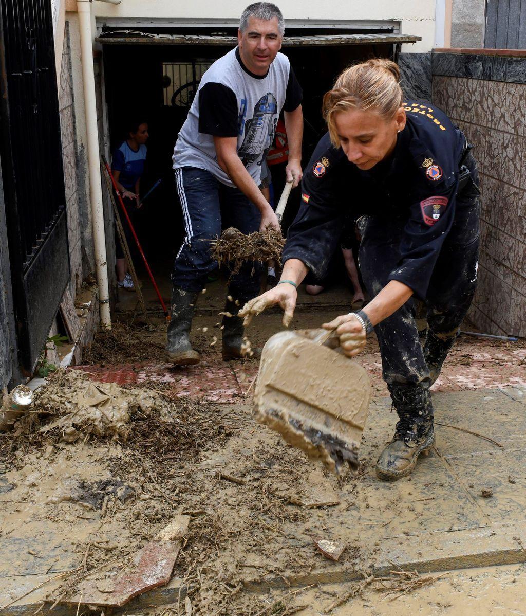 Vecinos, bomberos y Proteccion Civil achican agua en la población de Las Gabias (Granada)
