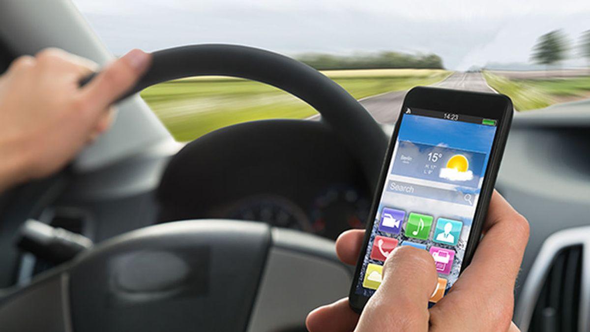 Radiografía de los accidentes de tráfico por distracciones: el 90% de conductores usa el móvil en marcha
