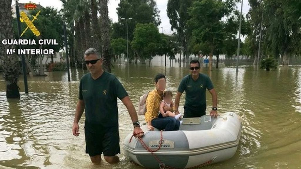 Evacúan en lancha a un bebé con fiebre y auxilian a más de 1.900 personas en la provincia de Alicante
