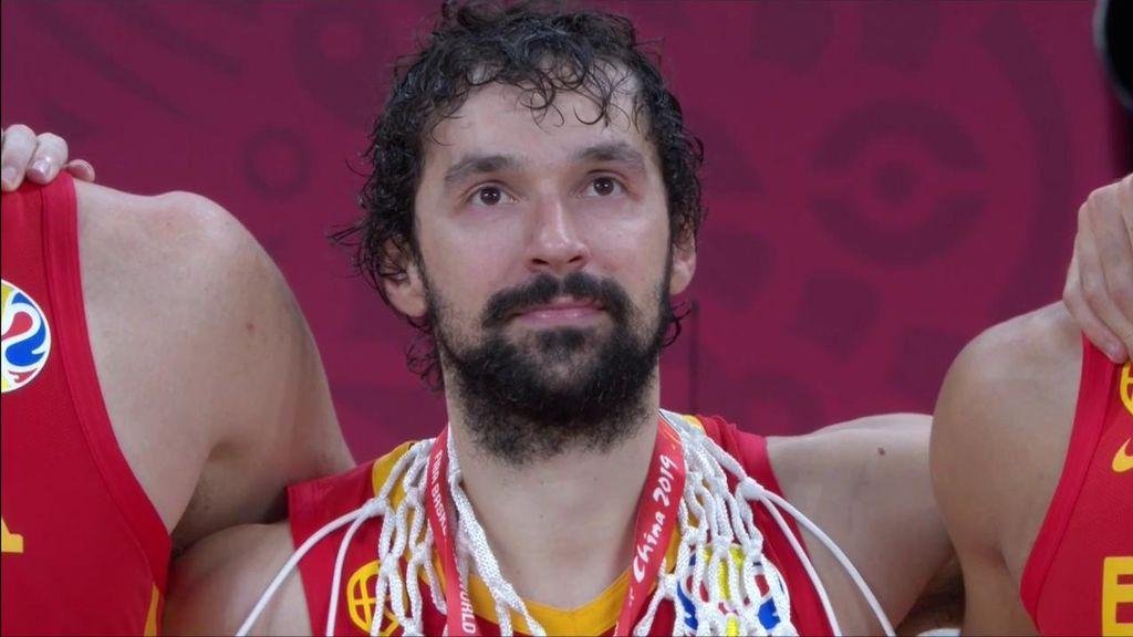 Las lágrimas de los jugadores de la Selección con el oro al cuello y escuchando el himno de España