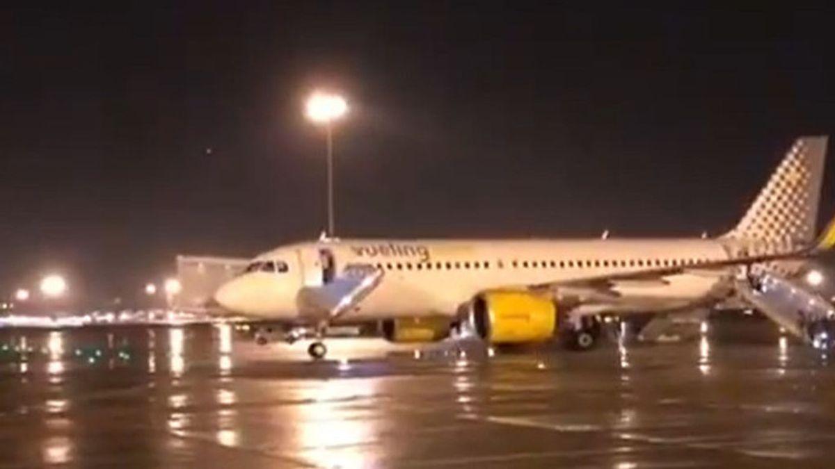 Evacuación de emergencia de un avión Vueling en el Aeropuerto de El Prat