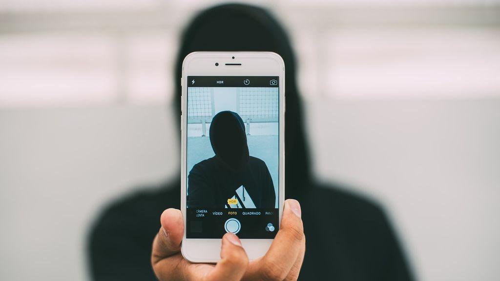 Mata a su amigo, se saca un selfi con el cadáver y se delata por error: se le cayó el teléfono delante de la policía