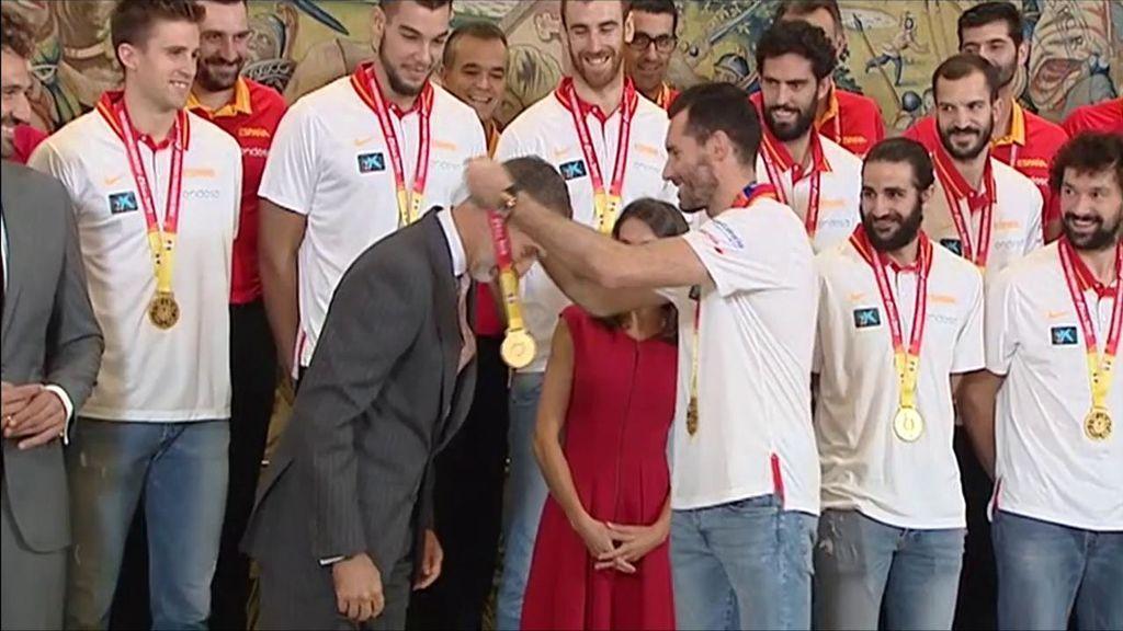 Rudy Fernández le pone la medalla de oro al Rey Felipe VI