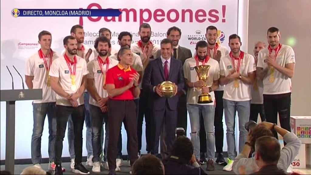 """Las 'disculpas' de Pedro Sánchez con Sergio Scariolo al recibir a los campeones: """"Gracias a todos y al extraordinario entrenador que tenemos"""""""
