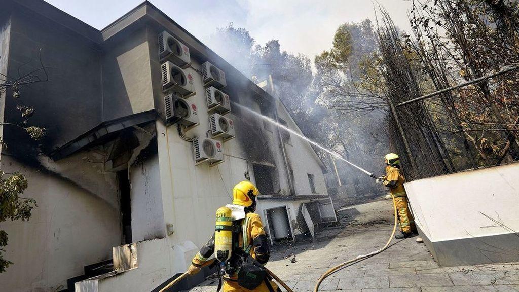 Bomberos apagando el fuego