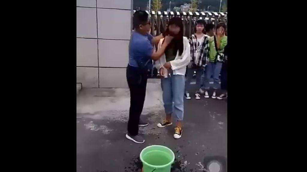 Polémica en China por un vídeo en el que un profesor lava la cara de sus alumnas por ir maquilladas