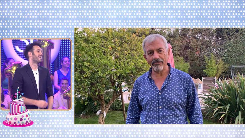"""Carlos Sobera nos canta en el primer cumpleaños de 'El concurso del año' y nos da una pista sobre su edad: """"Nací el mismo año que Antonio Banderas"""""""
