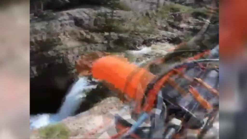 Un motorista sobrevive tras caer por un precipicio de más de 20 metros de altura