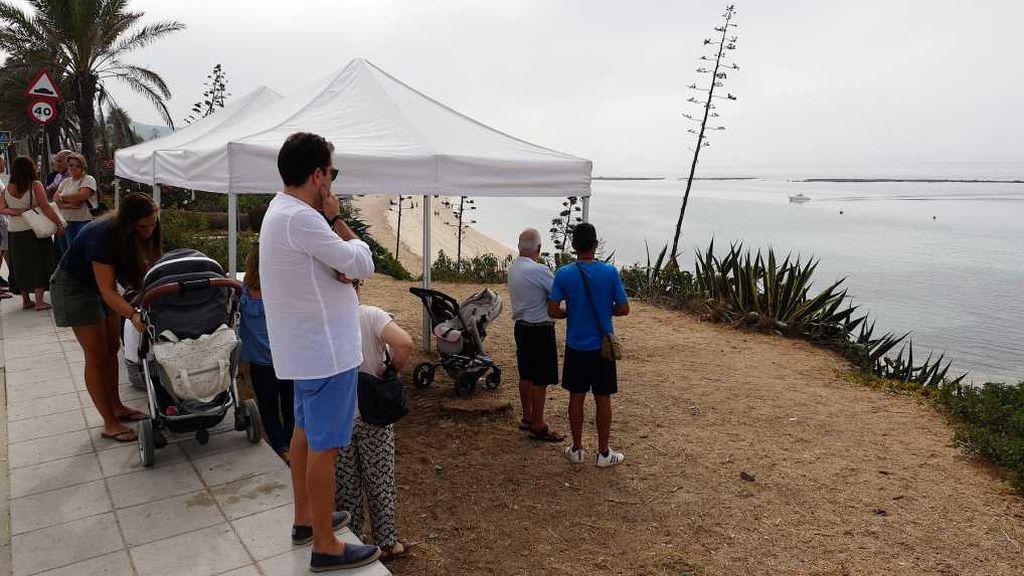 Familiares y amigos de Luis frente al lugar donde desapareció
